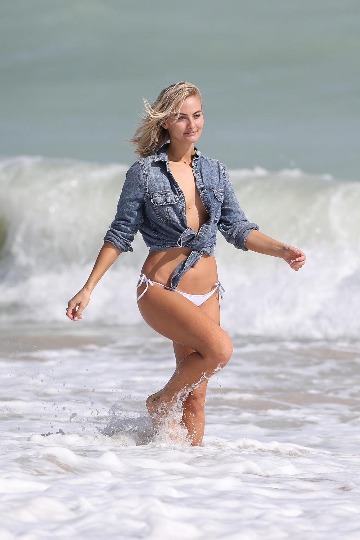 Селена Вебер в фотосессии на пляже
