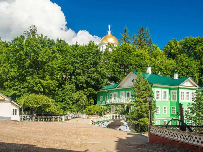 Дом наместника и купол собора Михаила Архангела.