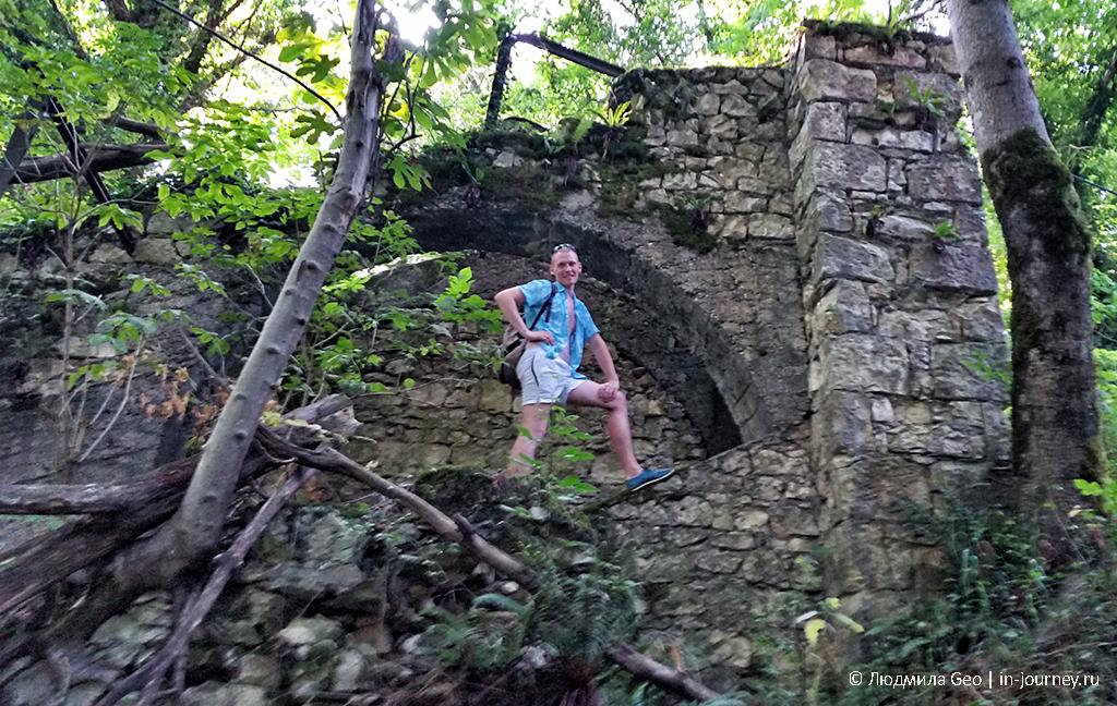 развалины строений узкоколейки в Новом Афоне
