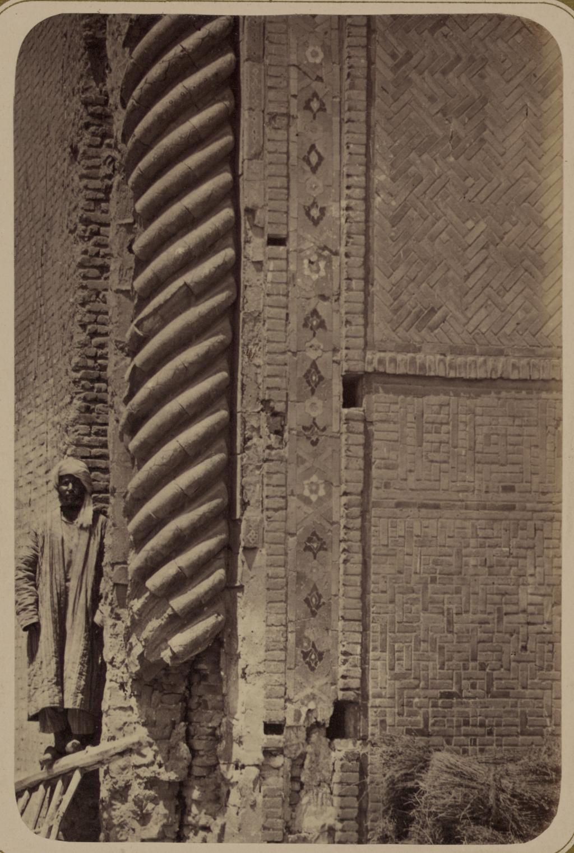 Медресе Биби Ханым. Часть колонны на фасаде главной арки