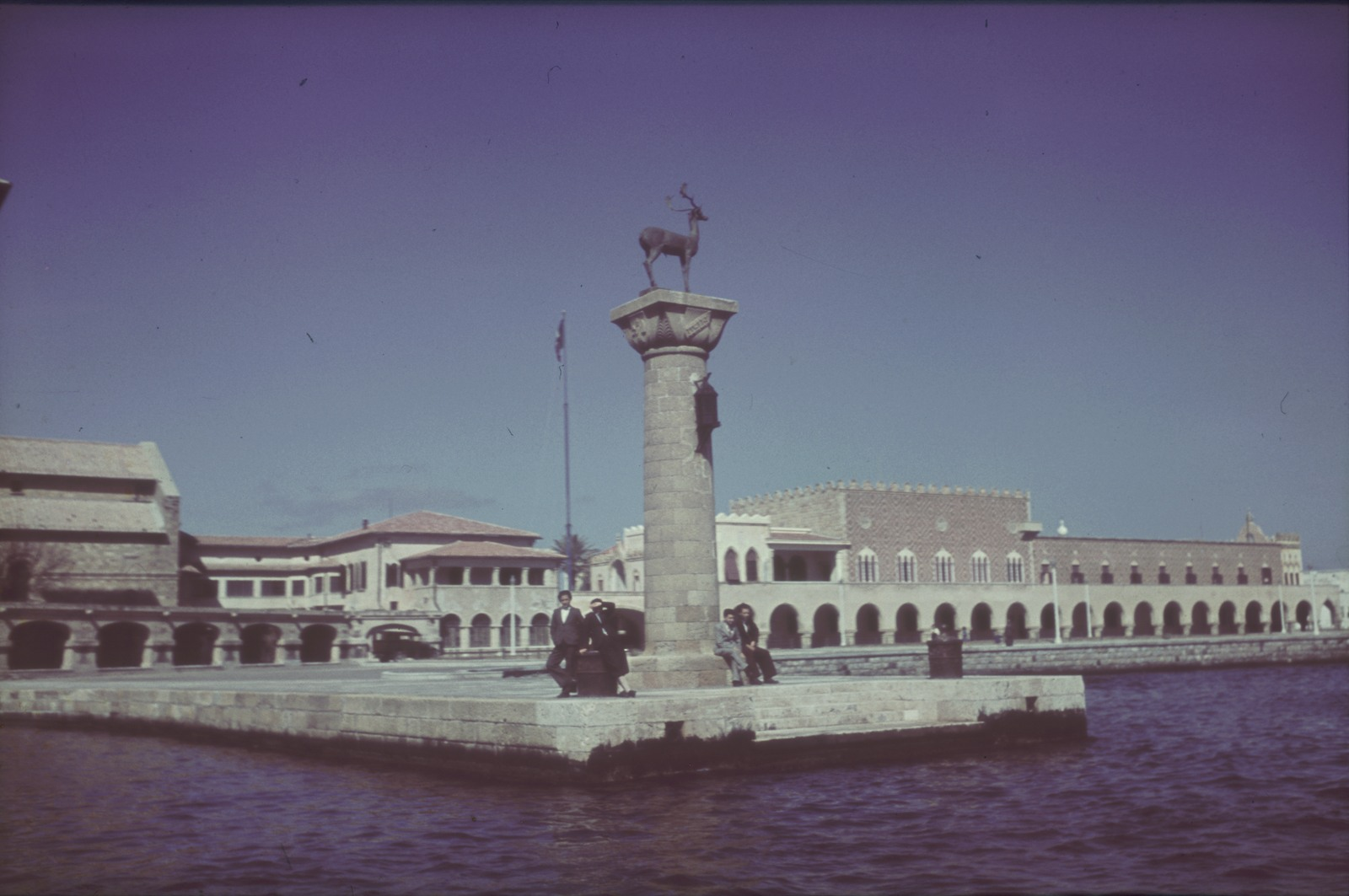 Родос. Олень Элафос у входа в гавань Мандраки