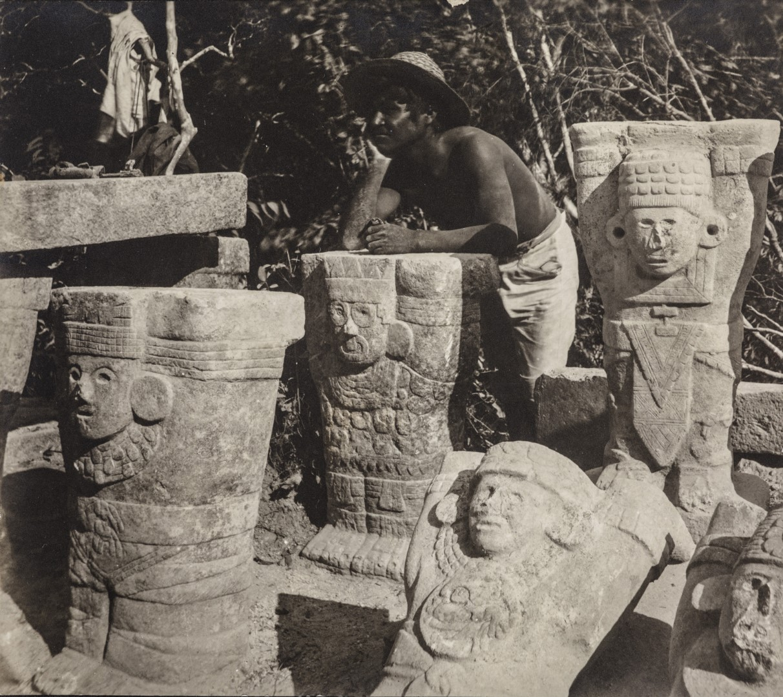 25. Мужчина опирается на атлантические фигуры на месте руин Чичен-Ица