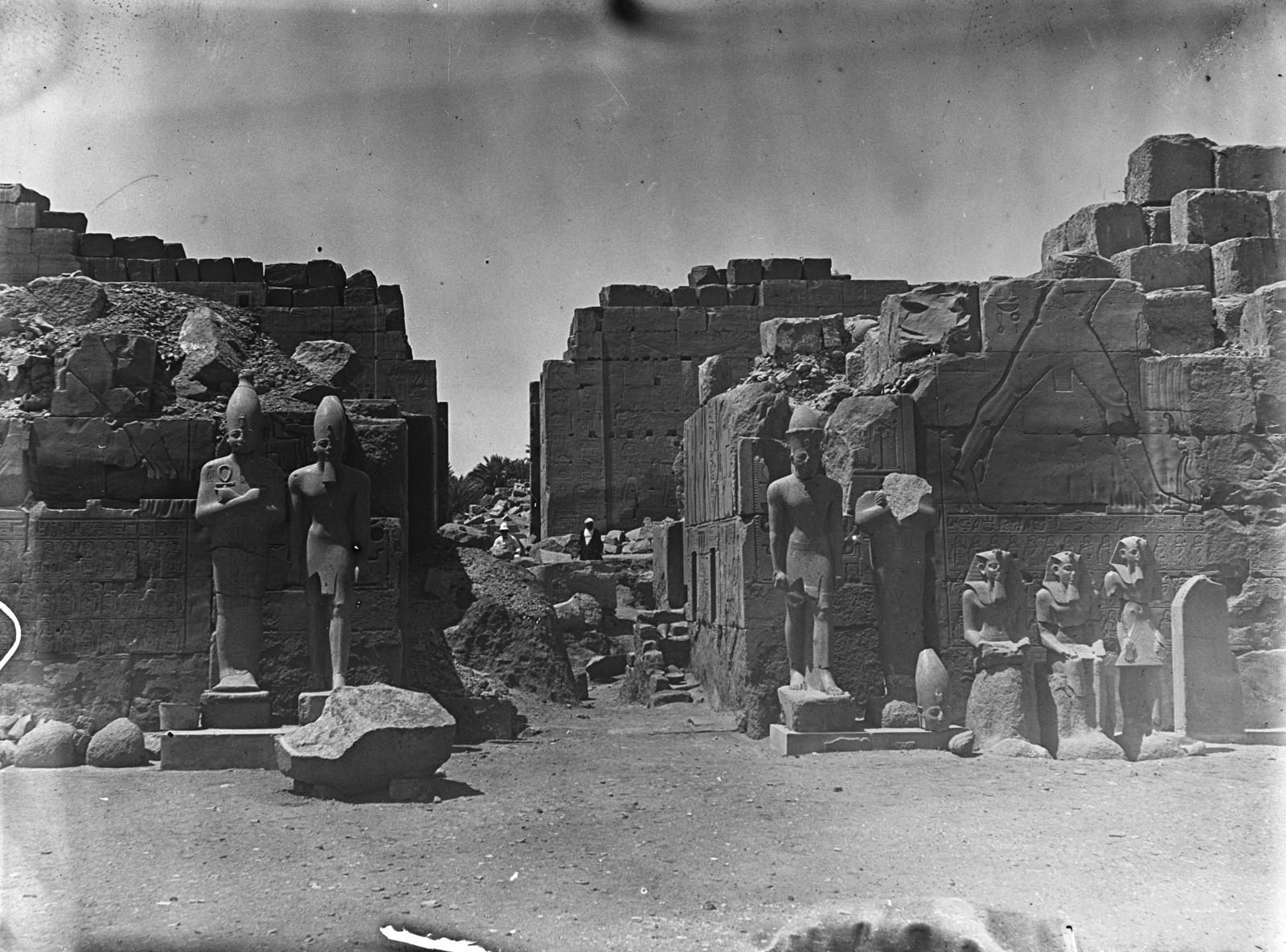 Карнак. Разрушенный пилон Тутмоса III со статуями перед ним. Часть храма Амон-Ра