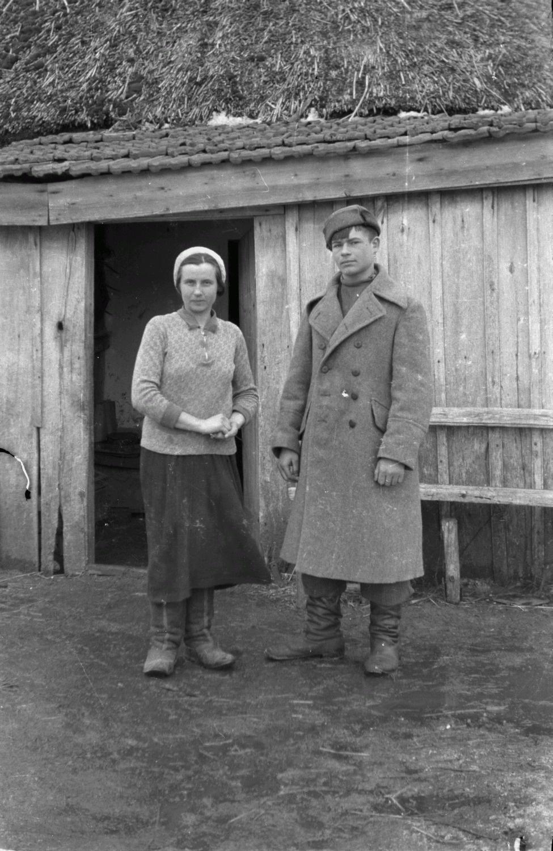 Молодая пара перед домом