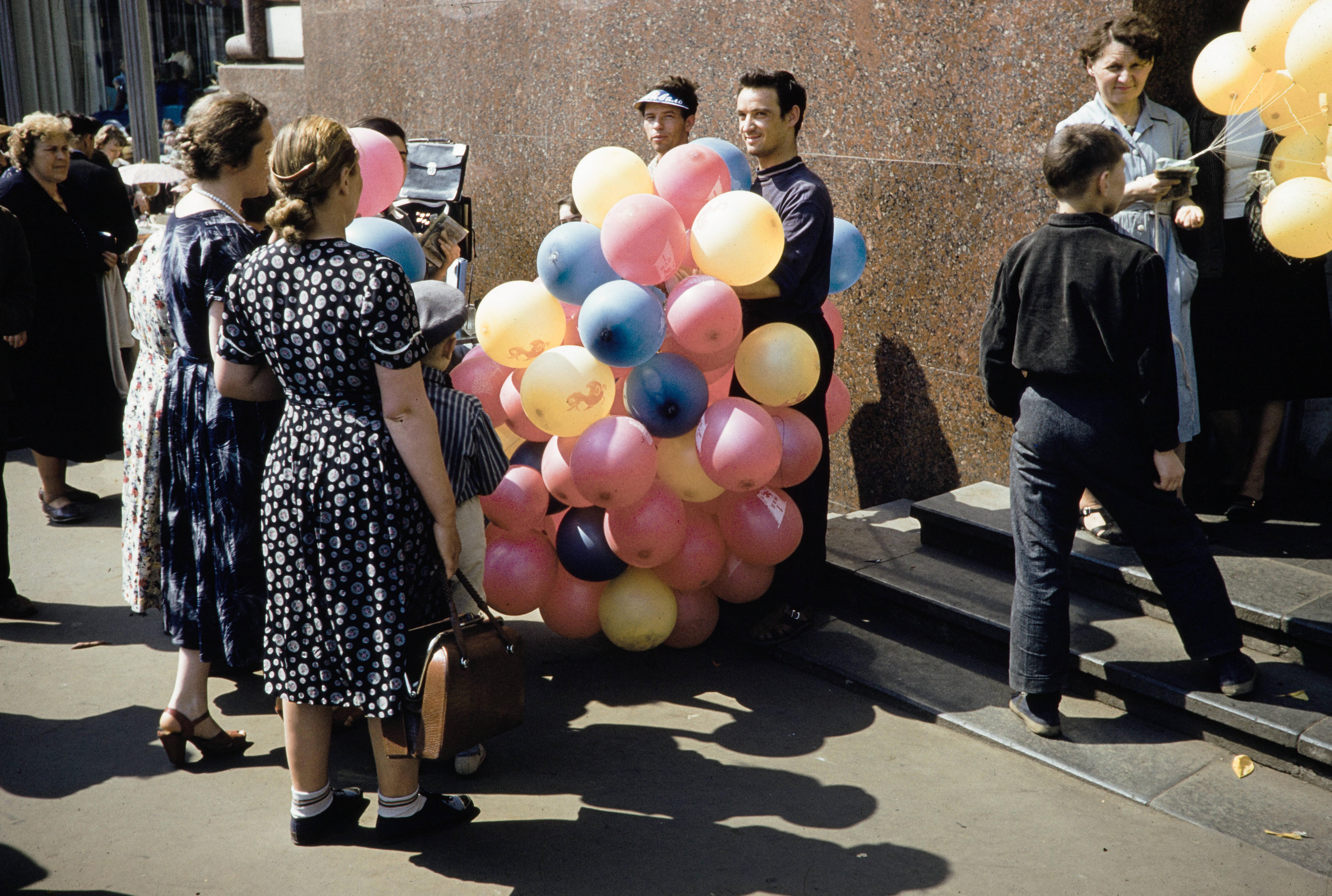 Торговля шарами у входа в метро