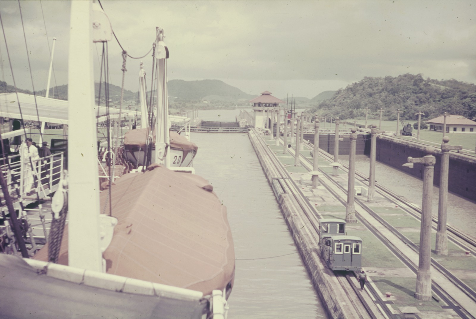 Панама. Панамский канал. Корабль у входа в шлюз