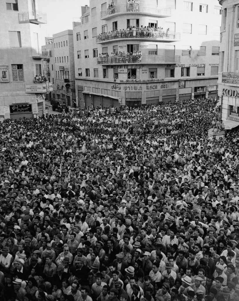Около 4000 человек в Иерусалиме слушают обращение Менахема Бегина с балкона гостиницы Тель-Авив на площади Сиона. 11 августа