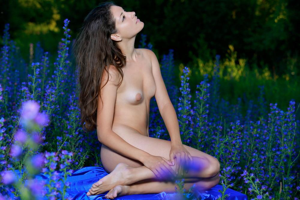 Rosella разделась на цветочной поляне