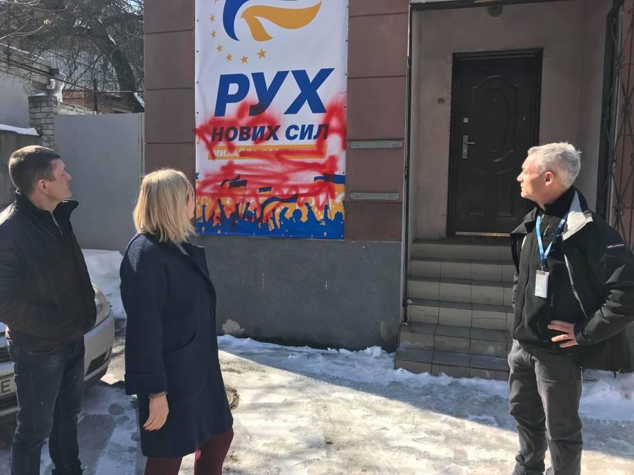 Наблюдатели ОБСЕ осудили порчи партийной символики ДВИЖЕНИЯ НОВЫХ СИЛ в г. Днепр