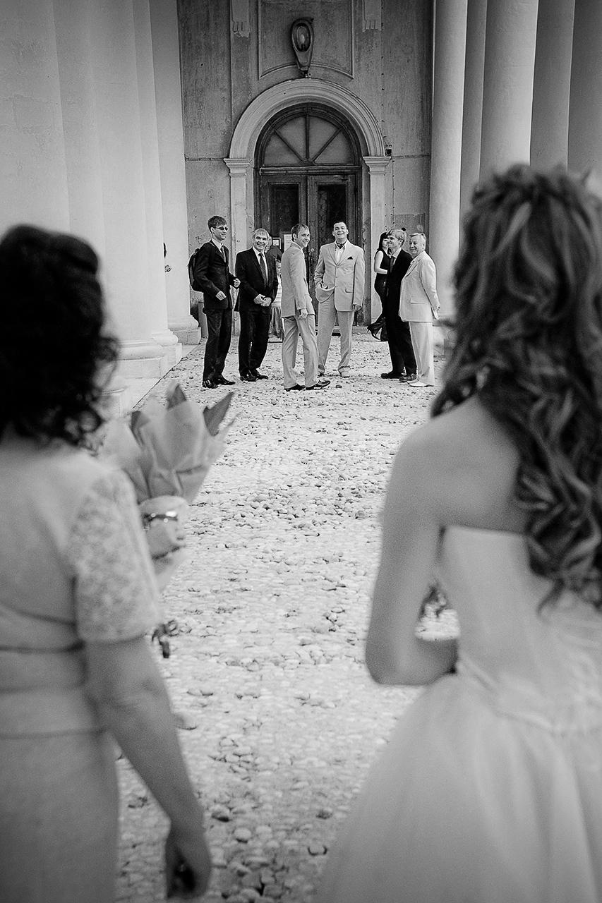 Эту свадьбу играли поздней осенью, поэтому для фотосъёмки мы выбрали несколько локаций на улице