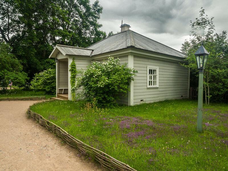 Слева — домик няни.