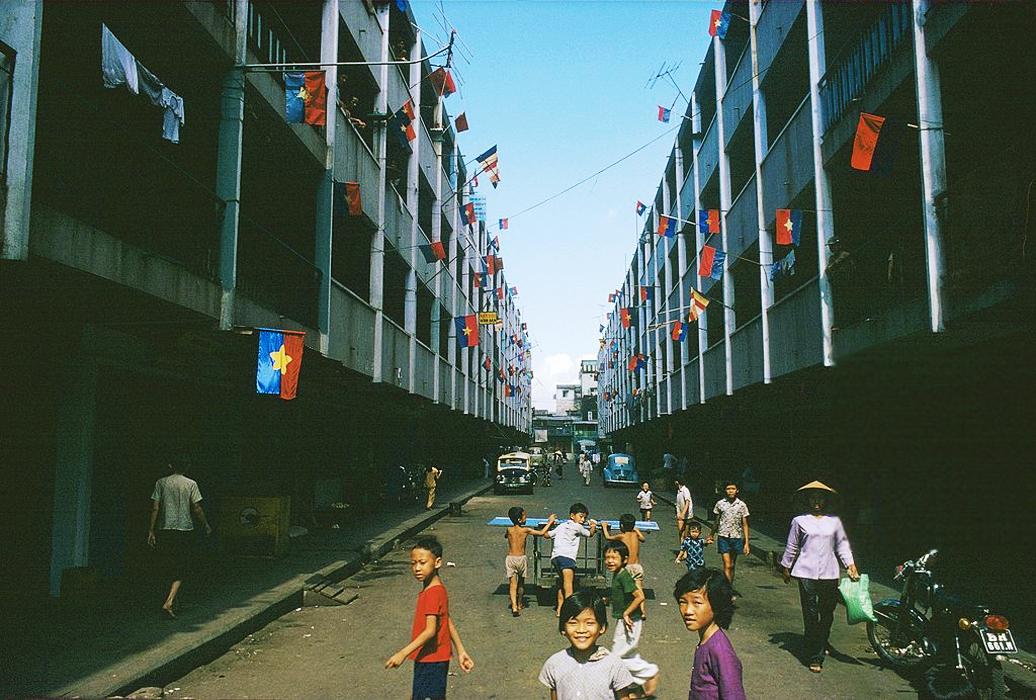Район Тёлон украшенный в цвета нового режима. Май 1975