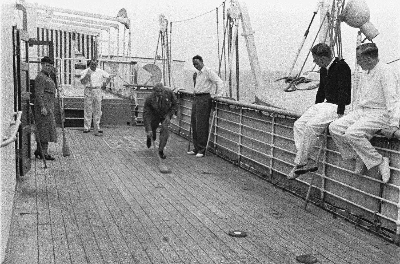 Пассажиры играют в шаффлборд на верхней палубе