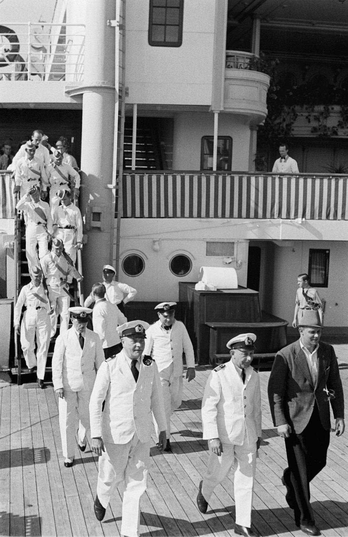 Костюмированная вечеринка на верхней палубе. Экипаж и пассажиры