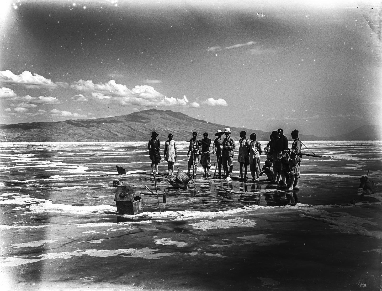 195. Бурение в соляной корке озера Натрон. На заднем плане гора Гелей