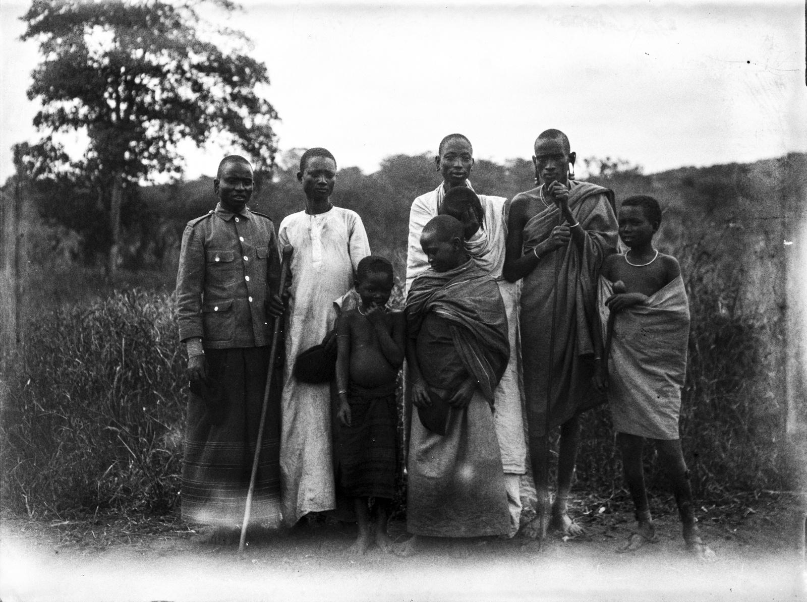 212. Группа аборигенов в традиционной одежде