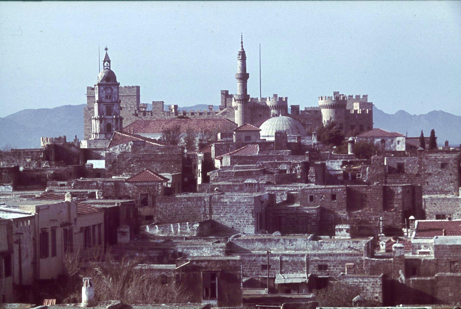 Родос. Вид на город с дворцом Великих магистров и мечетью Сулеймана Великолепного