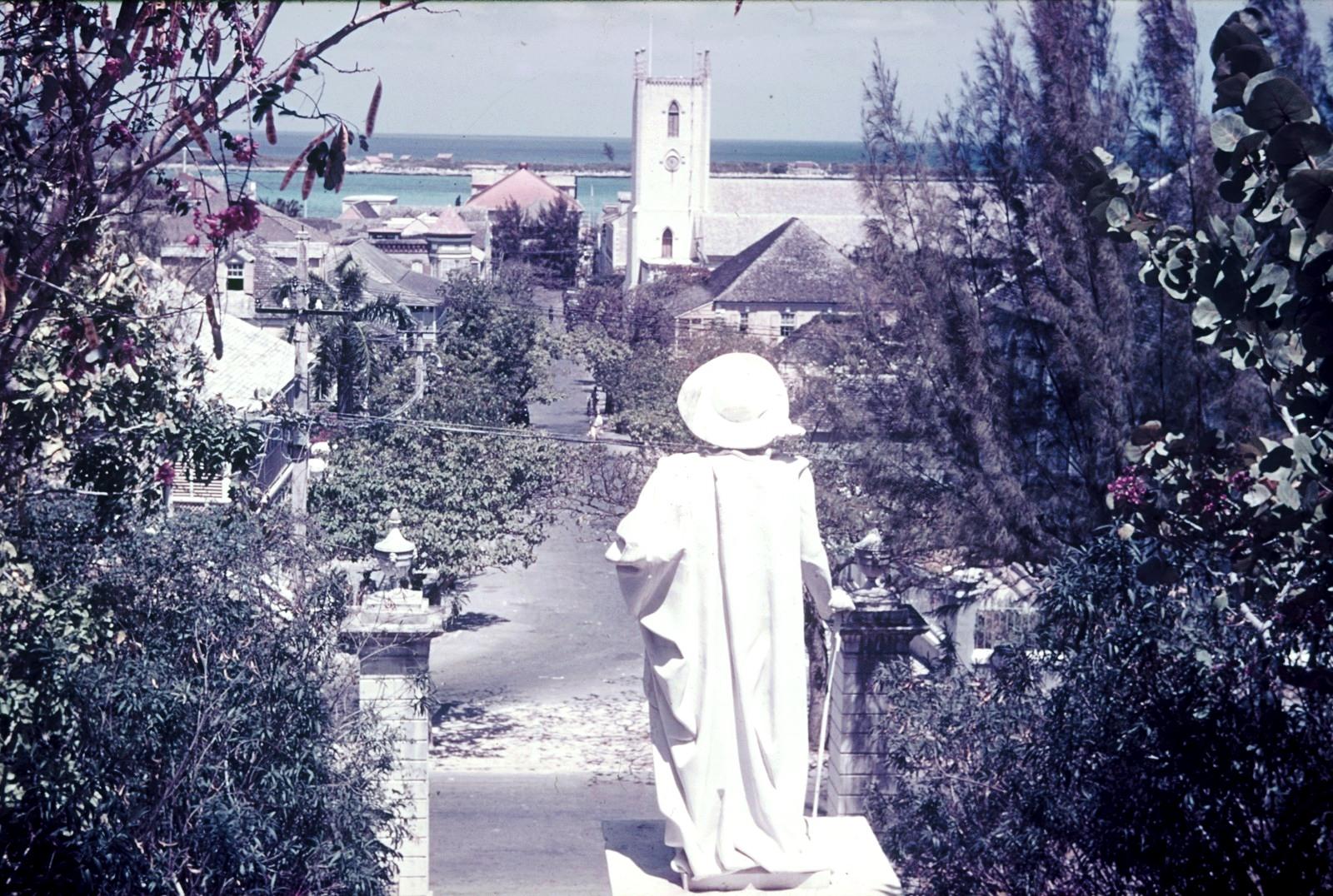 Багамы. Нассау. Вид на город от памятника Христофору Колумбу перед Домом правительства