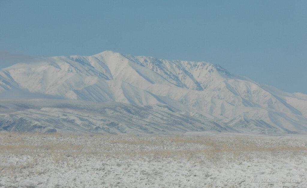 Горы вдоль трассы на Бишкек
