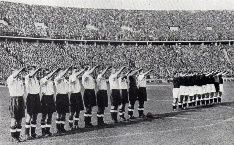 Сборная Англии по футболу приветствует Гитлера.jpg