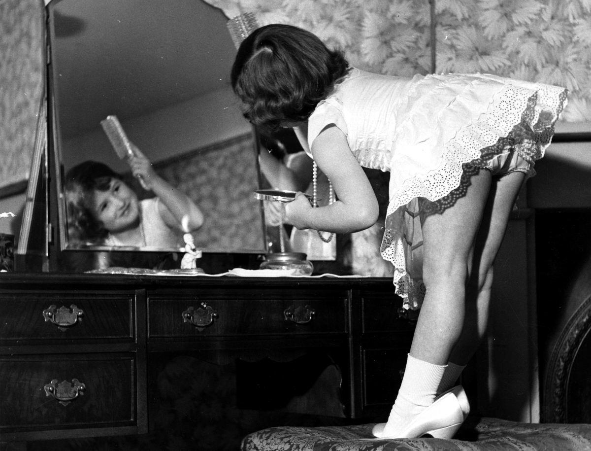 Осталось только причесочку подправить и можно идти на свидание: Ну очень юная красавица (1958 год)