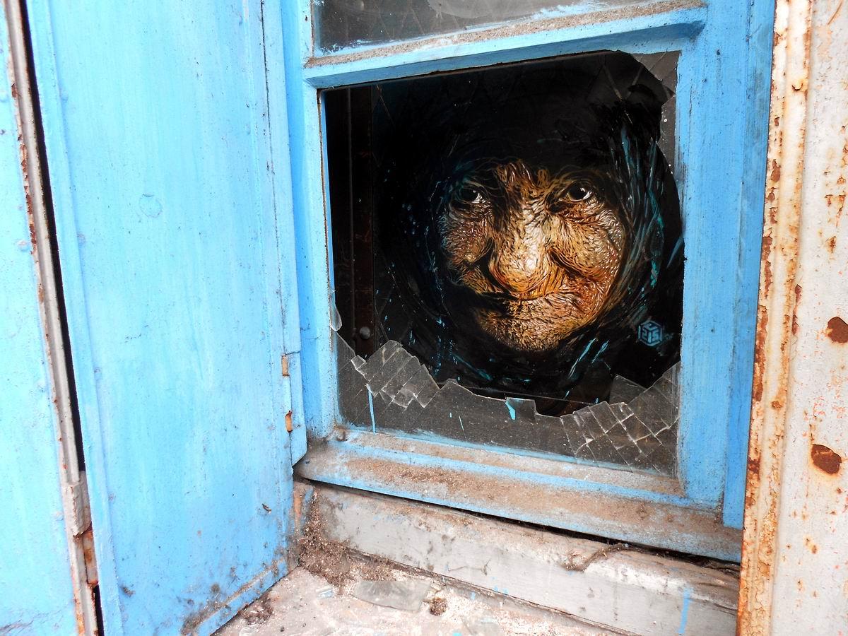 Недобрая старушка в разбитом окне: Такой вот образчик современного стрит-арта