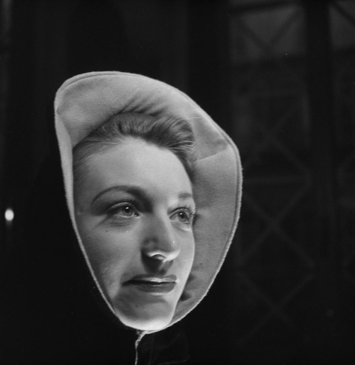 30. Женщина примеряет шляпу