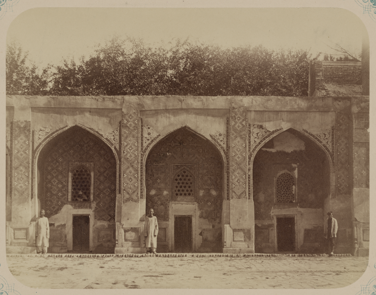 Медресе Надир Диван-Беги. Внутренняя дверь. Вид на одноэтажные кельи, окружающие внутренний двор