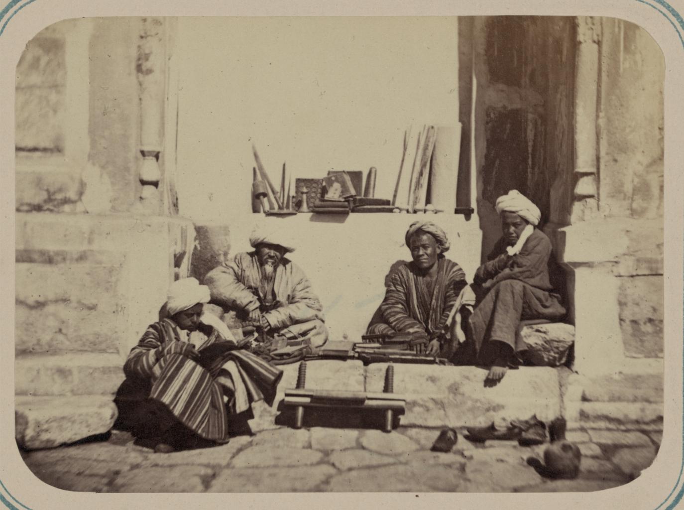 Сцены на самаркандской площади (Реджистан) и ее базарные типы. Переплетчик