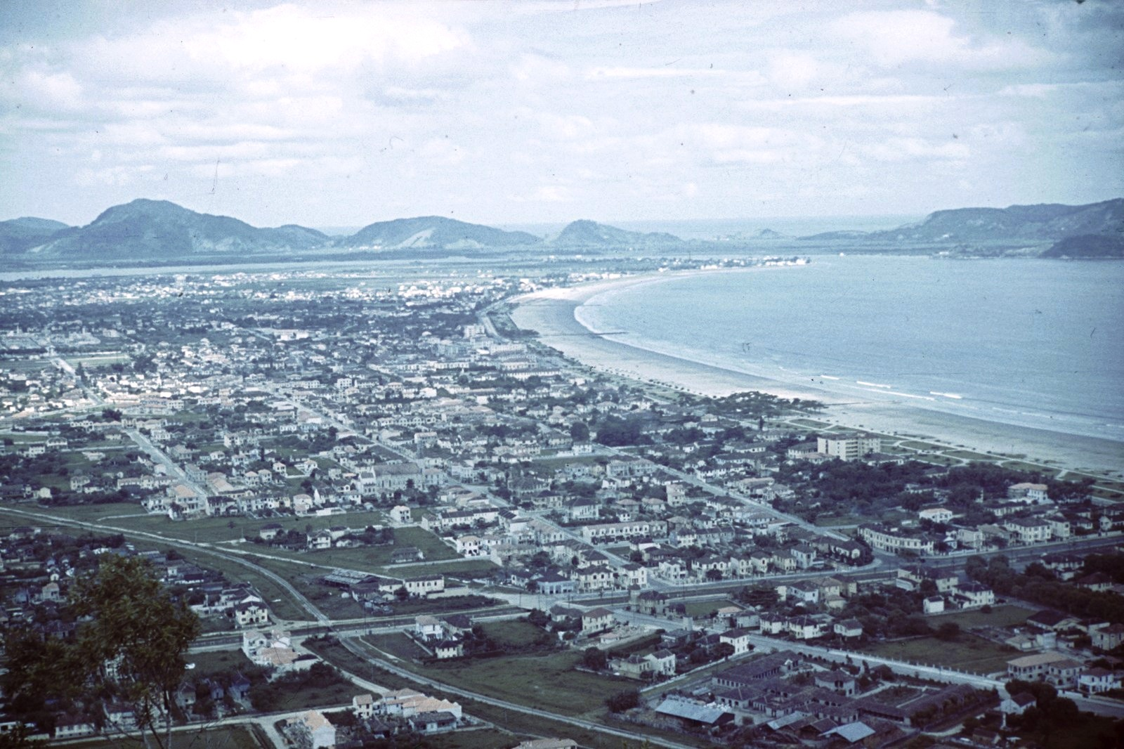 Вид на прибрежный город с возвышения