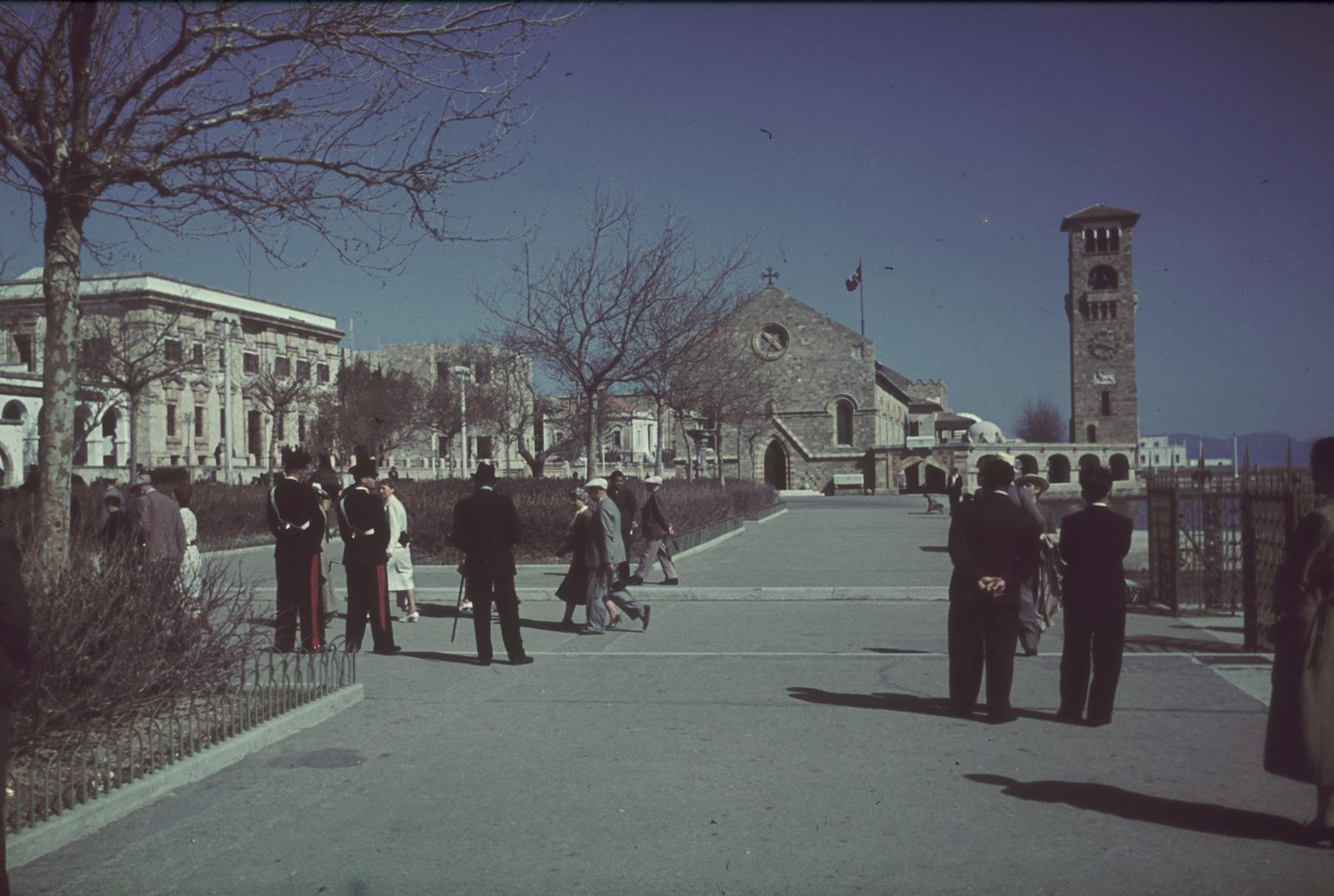 Родос.  Порт Мандраки. Променад с видом на церковь Евангелизма