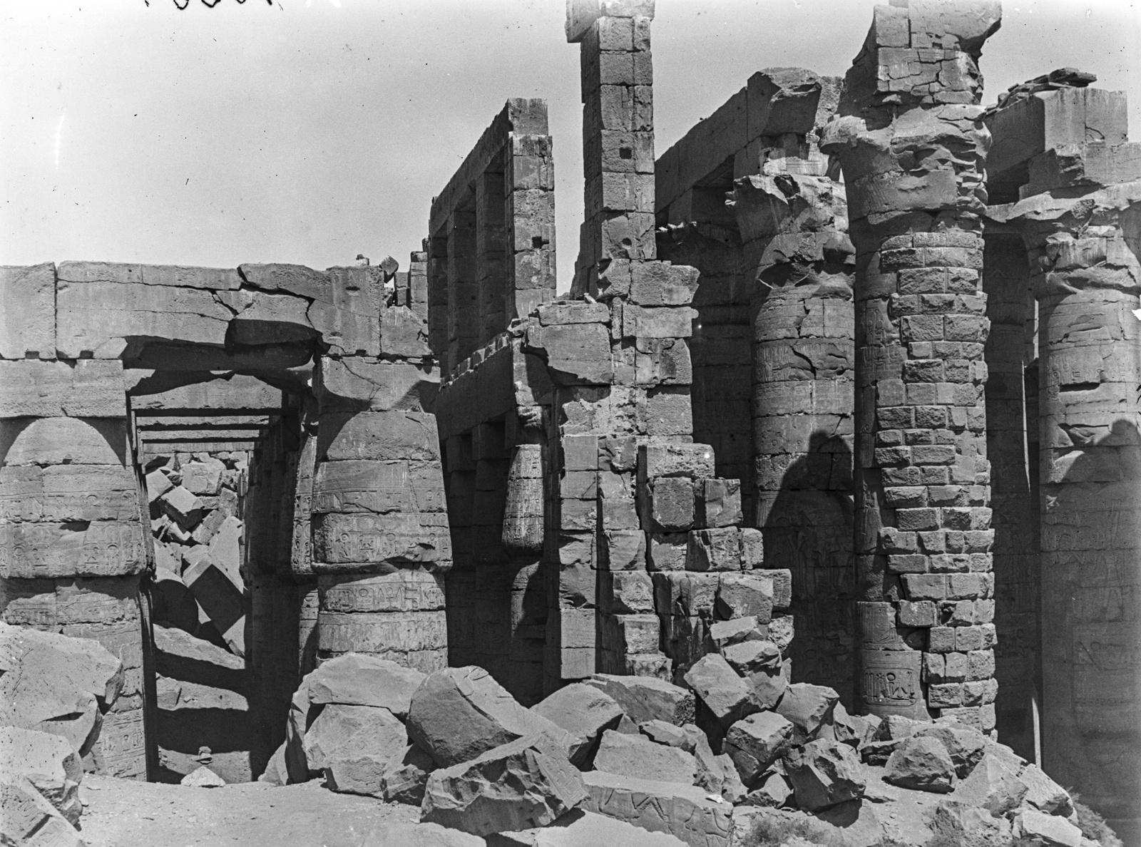 Карнак. Каменные колонны в храмовом комплексе