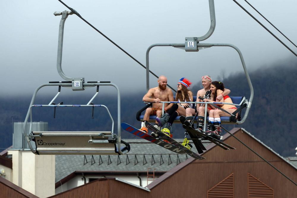 Массовый спуск в купальниках на курорте Роза Хутор в Сочи