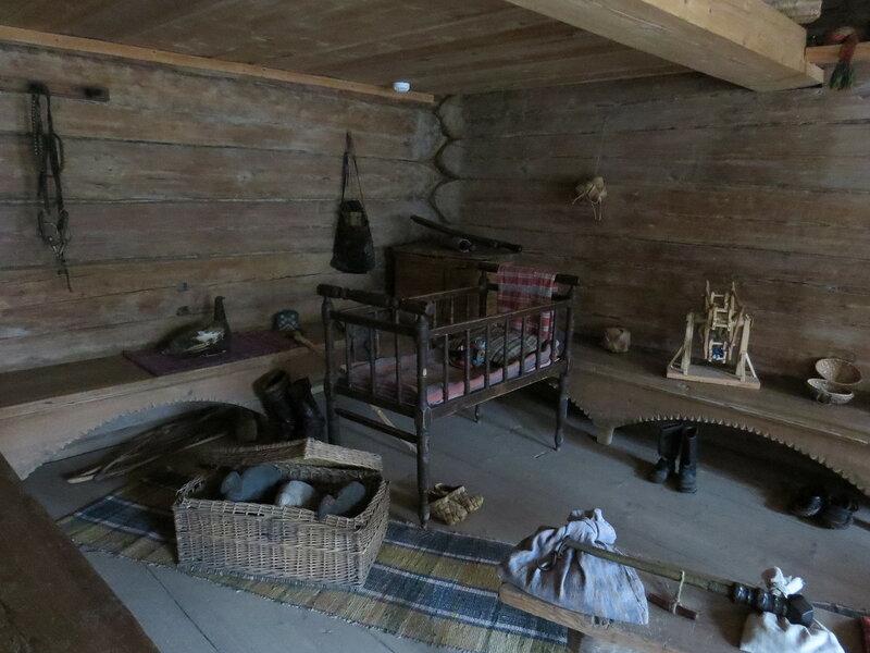 Детская кроватка в избе в Витославлицах