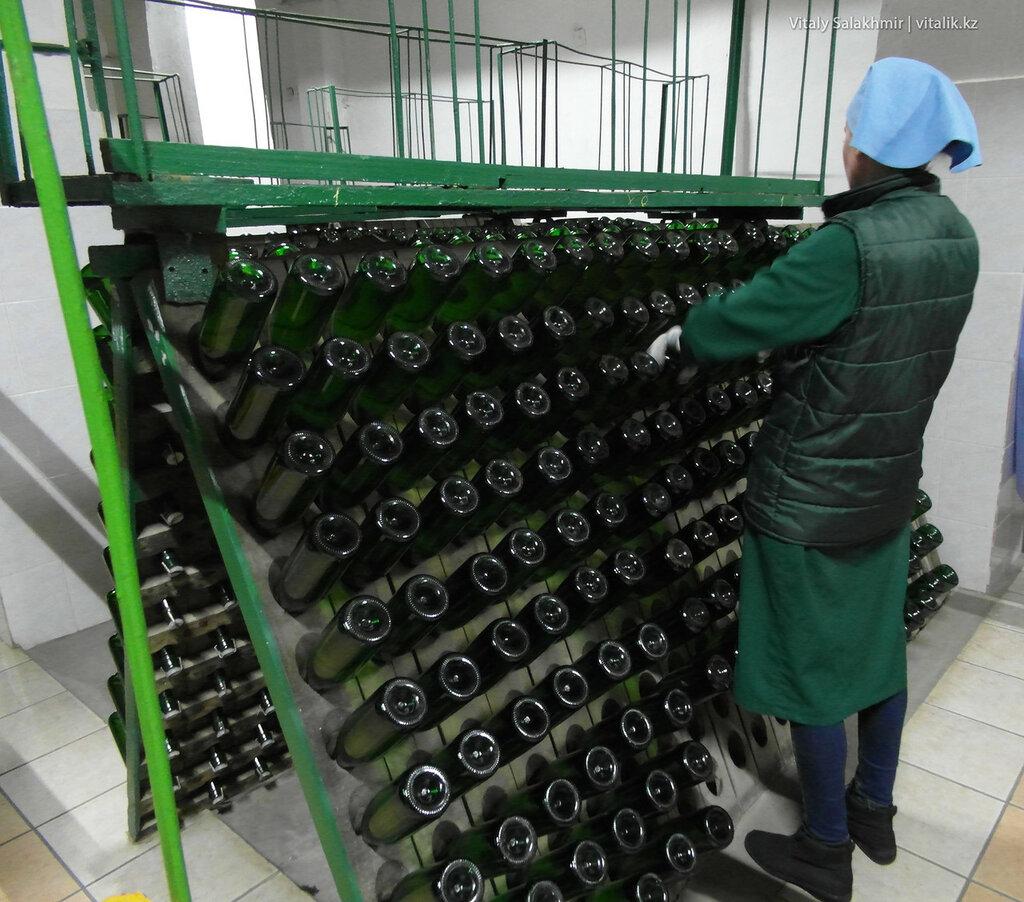 Переворачивание бутылок на заводе Бахус в Алматы