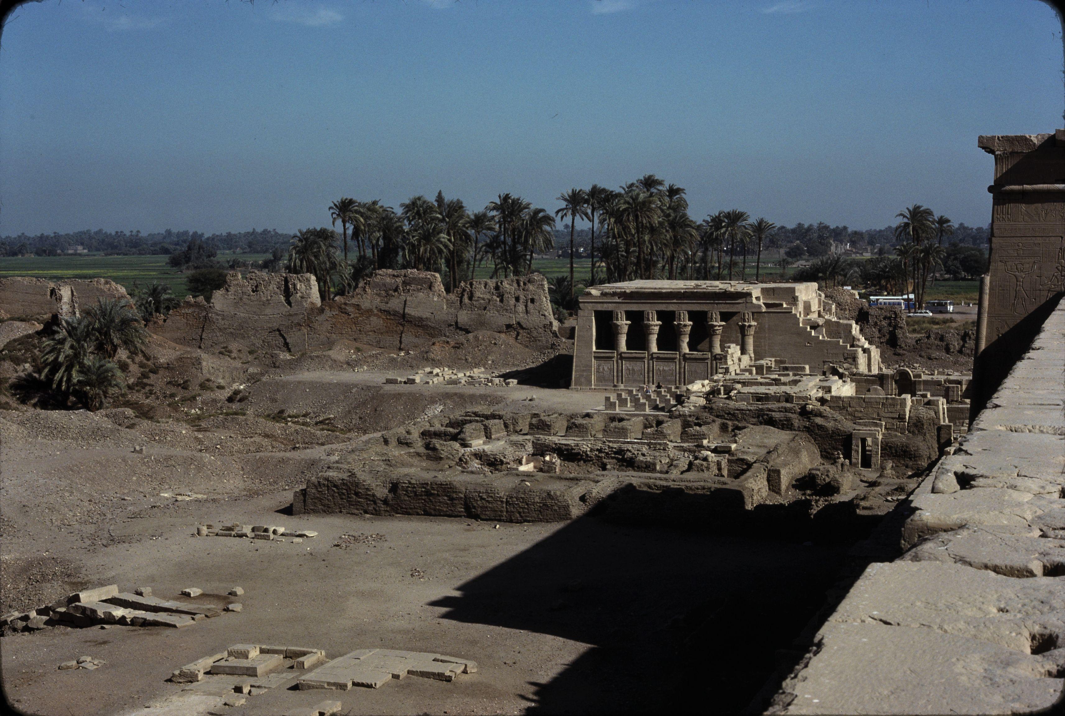 Дандара. Вид с крыши храма на Дом Рождения (Маммиси)