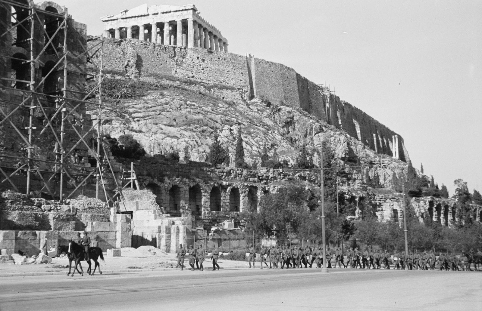 Акрополь. Одеон Герода Аттика и греческие солдаты Вид от Стои Эвмена