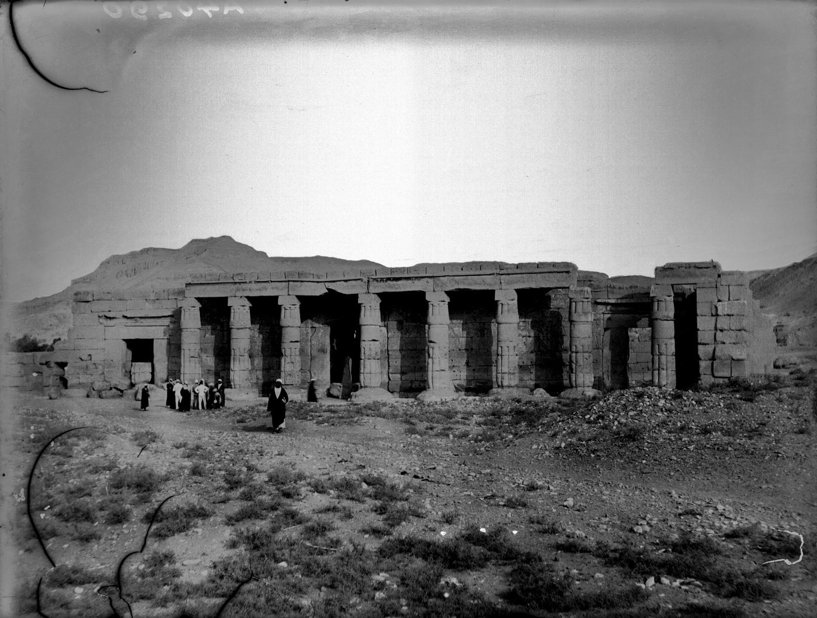 Заупокойный храм Сети I с каменными колоннами возле некрополя Шейх Абд эль-Курна