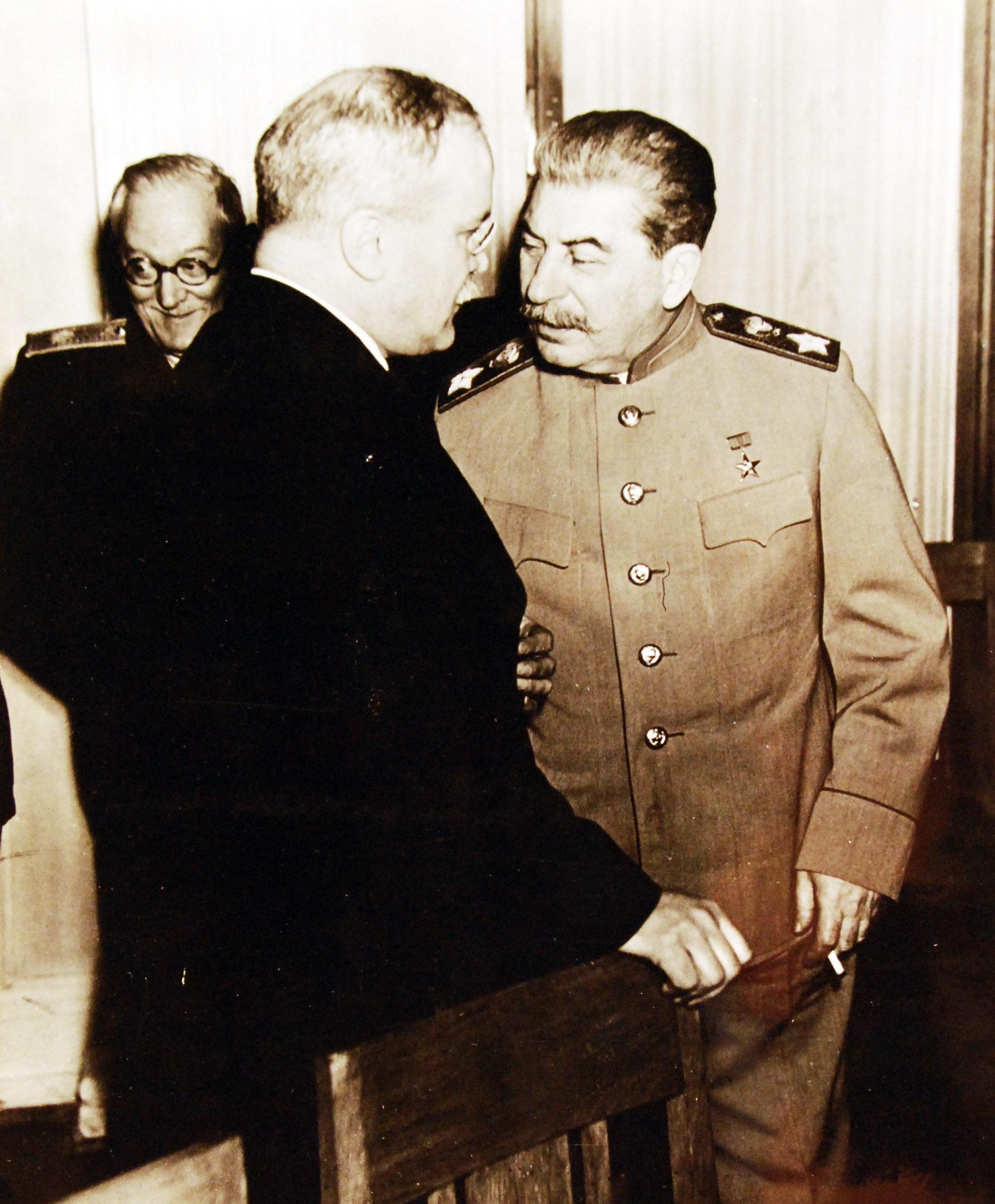 Иосиф Сталин и Вячеслав Михайлович Молотов обсуждают проблему