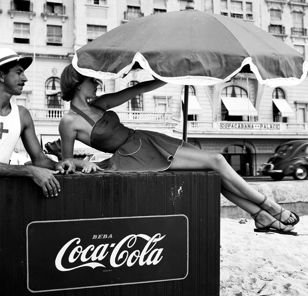 Налетай, подешевело!: Продавщица Кока-колы с пляжа в Рио-де-Жанейро (1951 год)