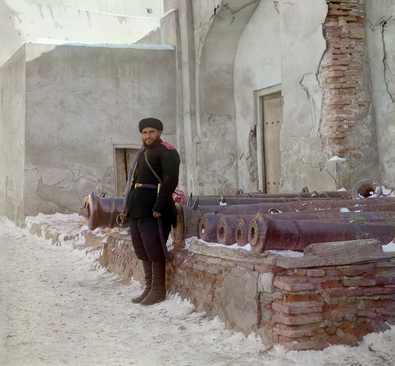 Часовой у дворца и старинные пушки на площади Регистан