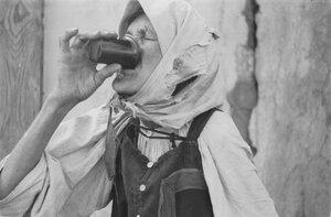 Старуха за питьем