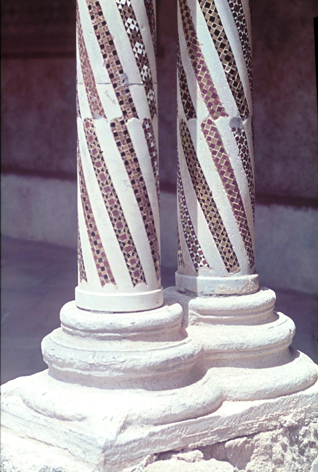 Палермо. Пригород Монреале. Клуатр (внутренний двор) некогда существовавшего бенедиктинского монастыря.Пара колонн, украшенных мозаикой