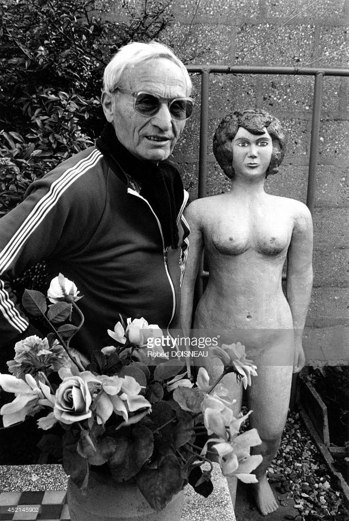 1987. Мистер Беллини перед скульптурой в Сен-Дени