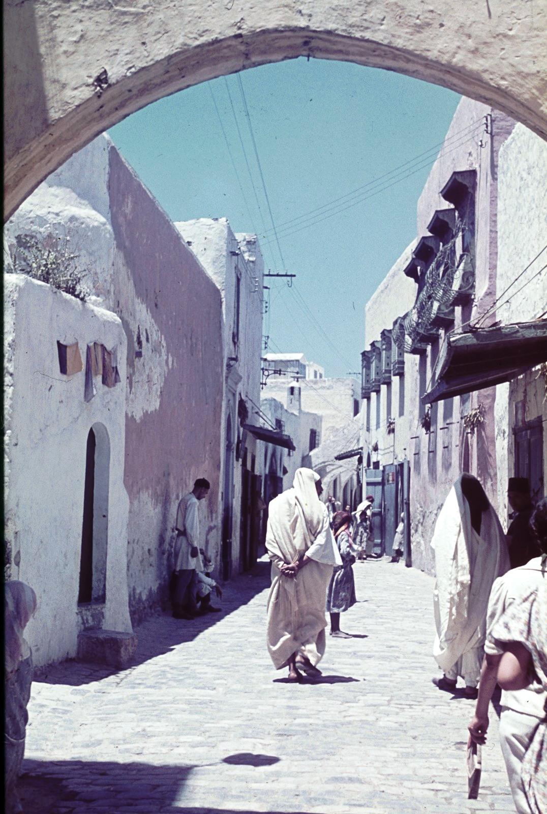 Уличная сцена с аркой