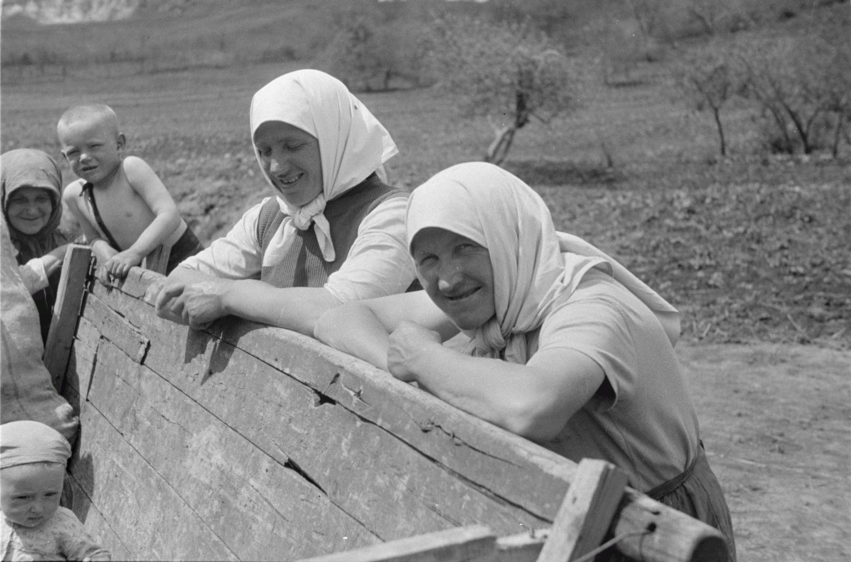 Русские крестьянки и маленький мальчик на телеге