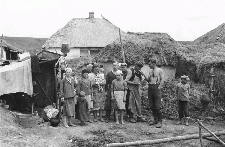 Групповое фото солдат и местных жителей