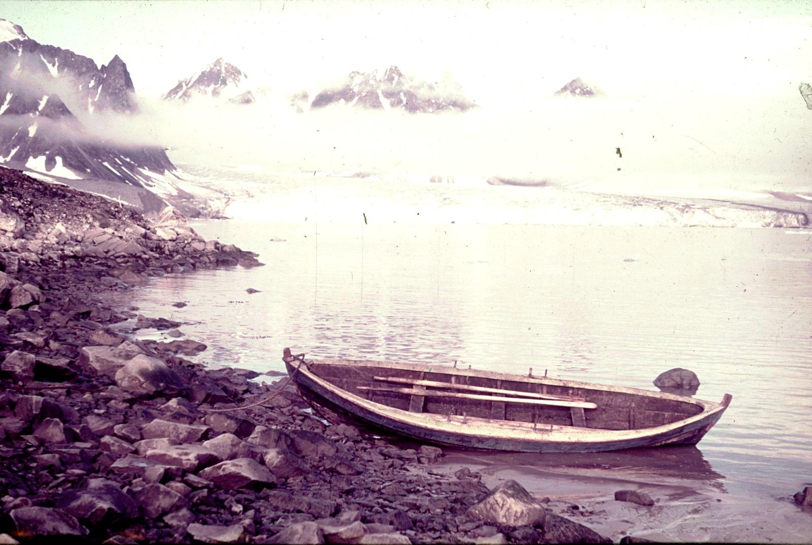 Шпицберген. Весельная лодка на берегу