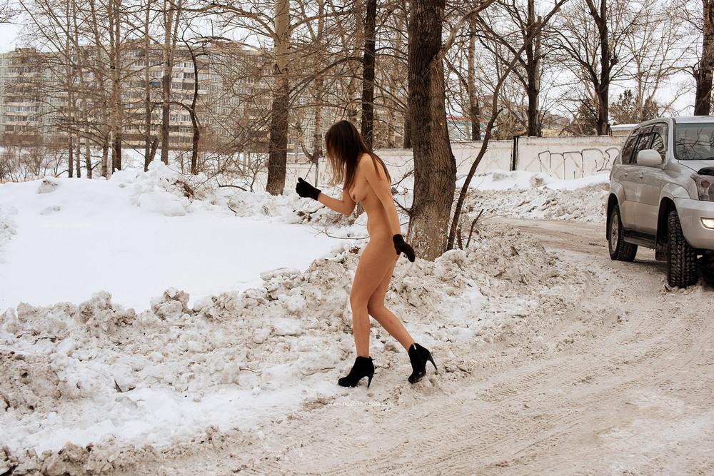 Гала разделась на зимней прогулке