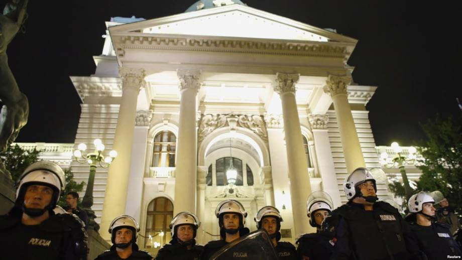 В Сербии провели эвакуацию из здания парламента после угроз мужа подорваться